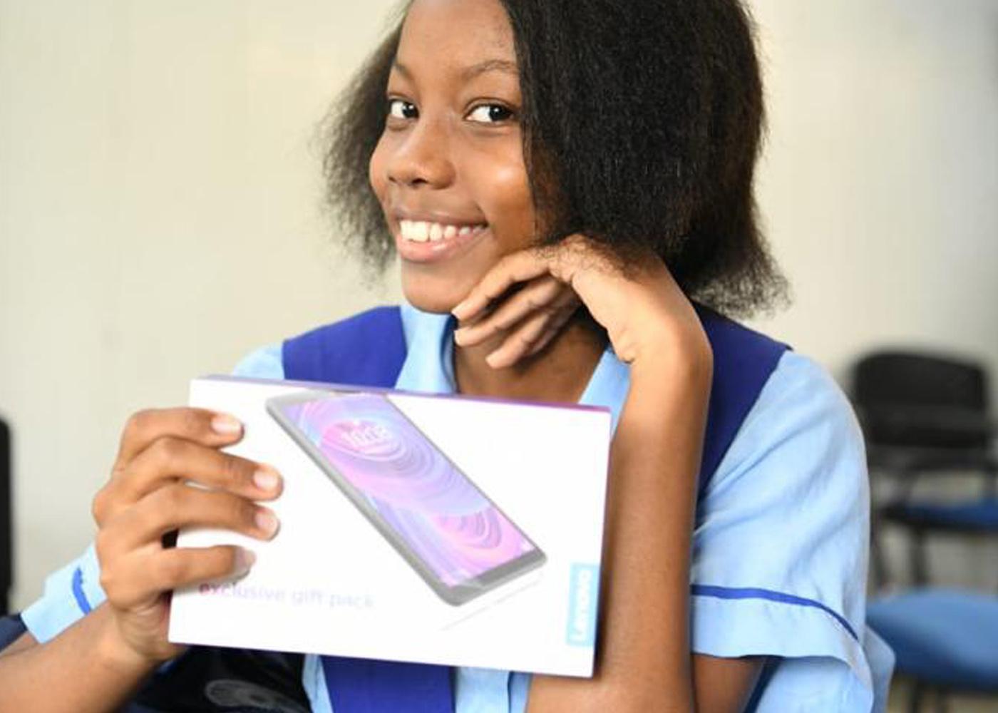 Niños, niñas y jóvenes de El Reposo en Quibdó, recibieron  tabletas para mejorar su educación